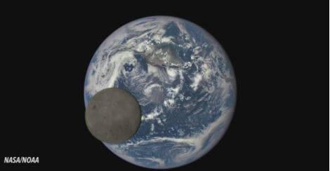 La faccia nascosta della Luna mentre ruota intorno alla Terra, immagini spettacolari