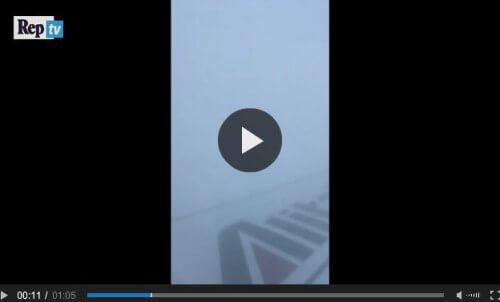 Aereo Alitalia colpito dalla grandine grossa sulla tratta Roma-Milano, il video fa il giro del mondo - www.video.repubblica.it