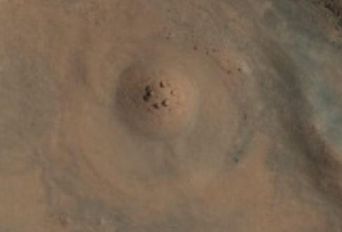 Marte, avvistato cerchio di pietre in cima ad una collina