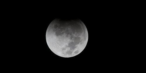 Occhi al cielo: ecco l'eclissi penombrale di Luna
