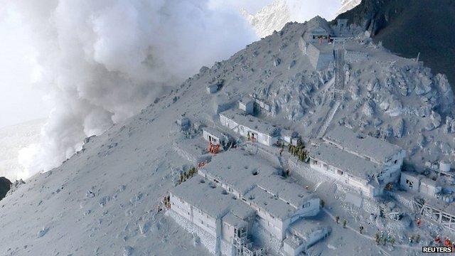 La surreale immagine dei rifugi sul vulcano Ontake - Reuters