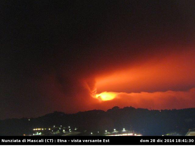 Eruzione in atto sull'Etna, prima fotografia: si può notare una robusta colonna di cenere ergersi verso l'alto