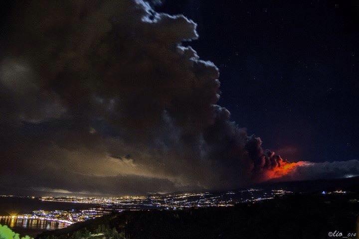 Straordinaria fotografia che evidenzia la nube di cenere dirigersi verso la costa - EtNativo