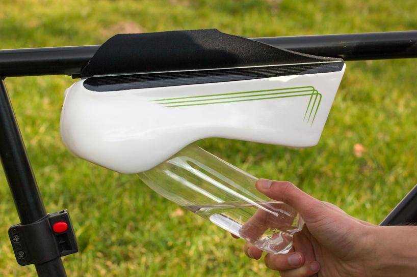 Fontus, la bottiglia che si riempie d'acqua mentre si va in bicicletta - fonte immagine www.designboom.com