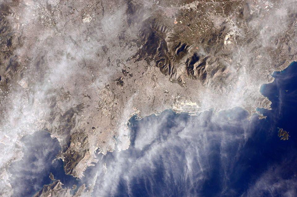 Spettacolare scenario della Grecia e della sua capitale Atene avvolta da nubi cirriformi