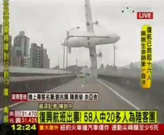 Incidente aereo a Taiwan: sfiora un ponte e precipita, video terribile