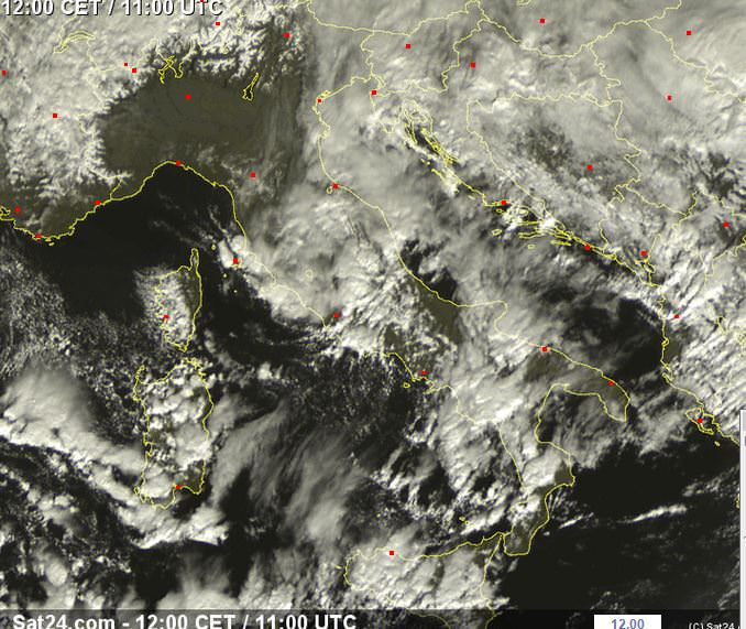 Aggiornamento ore 12:00 - forti temporali sulle Isole Maggiori, sulla Campania e sul Lazio, instabilità ancora in aumento - sat24.com