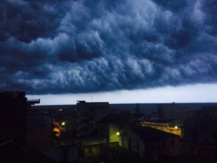 Immagine della straordinaria shelf cloud scattata da Lorenzo Alessandro