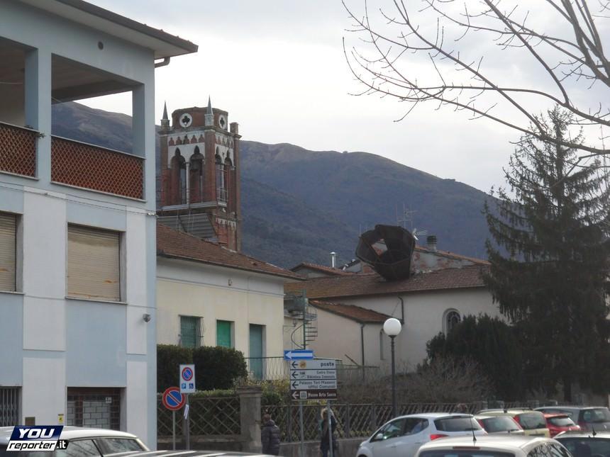 Campanile della Chiesa di Santa Croce, Camaiore, scagliato verso un edificio circostante - Youreporter