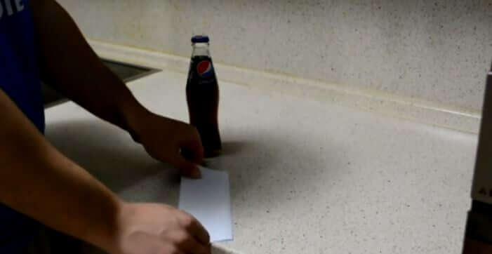Ecco come aprire una birra con un foglio di carta - Yahoo