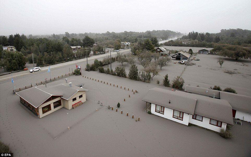 Eruzione Calbuco: la cenere seppellisce intere località, fino ad un metro di accumulo - ©EPA