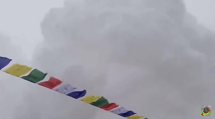 Valanga sull'Everest, pubblicato il drammatico video dell'impatto al campo base - frame Youtube