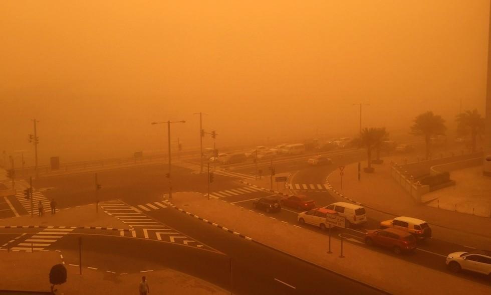 Tempesta di sabbia a Dubai, imponente spettacolo, visibilità a 50 metri - Il Post