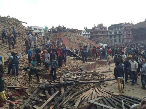 La famosa Piazza Durbar di Kathmandu ridotta a macerie, decine le persone rimaste intrappolate sotto di essa