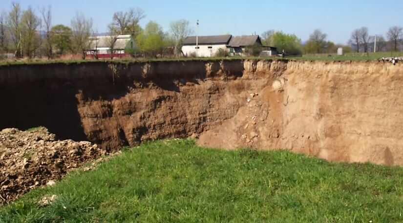 Gigantesco cratere si apre in Ucraina, popolazione locale nel panico, il video - frame Youtube