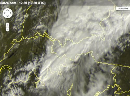 Forti temporali in atto sulle Alpi, segnalata grandine, fenomeni attesi anche in pianura, localmente - sat24.com