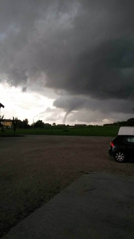 Tornado in Emilia-Romagna: ha toccato terra nella provincia di Ferrara, in zona Comacchio - foto di Cristian Palmonari sulla pagina Facebook Emilia-Romagna Meteo