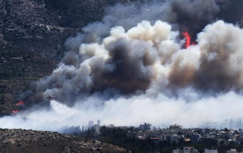 Incendio alle porte di Atene, una vittima e fiamme alte decine di metri - REUTERS