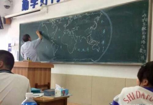 Professore disegna la mappa del mondo