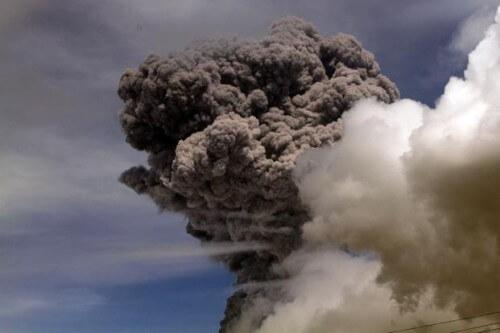 Cotopaxi, il vulcano fa paura: cenere inizia a cadere su Quito