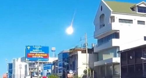 Enorme meteorite sorvola Bangkok