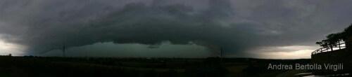 Maltempo Toscana, temporale violentissimo sul Nord della regione, grossa shelf cloud - Foto di Andrea Bertolla Virgili