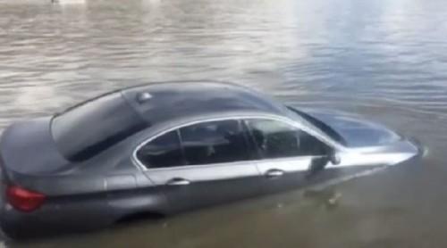 auto nel tamigi